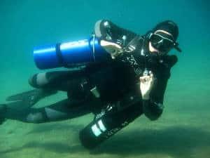 La plongée Sidemount, c'est la même sensation que procure la plongée libre avec en plus le pouvoir de respirer sous l'eau.  Imaginez-vous avec une position parfaitement hydrodynamique qui vous donne l'impression de glisser dans l'eau avec une liberté de mouvement inégalée, voilà ce qu'est la plongée Sidemount.  Avec quelques exercices appropriés à la plongée Sidemount, nous allons vous présenter une nouvelle façon de plonger. Vous allez utiliser 1 ou 2 blocs fixés au gilet et qui seront positionnés sur les côtes de votre corps. Le système Sidemount est utilisé depuis longtemps en spéléo, maintenant il s'est démocratisé et les plongeurs loisirs peuvent profiter de ses avantages.  Les plongeurs avec des problèmes physiques, tel que le mal de dos, pourraient découvrir une manière nouvelle et facile de plonger qui leur permettraient d'en profiter pleinement.y trouveront peut-être une façon nouvelle et facile de profiter de leurs plongées Sidemount.  Hydrodynamisme, liberté de mouvement, approvisionnement en air accrue, accès immédiat à la robinetterie, possibilité de passer dans endroits étroits en plongée ne sont que quelques avantages de la plongée Sidemount.  La plongée sidemount est disponible à Grand Hotel Hurghada, Cala Joncols et Vilamendhoo.